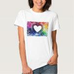Goteo blanco del arco iris de los corazones de la remeras