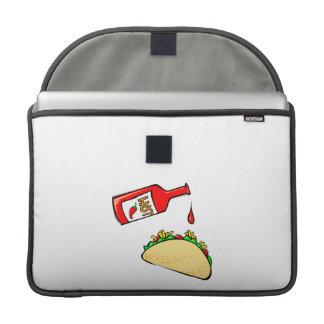 Goteo de la salsa caliente en el taco funda macbook pro