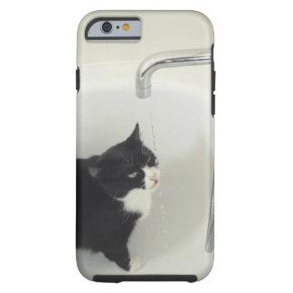 Goteo del agua potable del gato de un golpecito funda de iPhone 6 tough