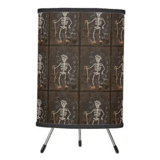 Gótico fantasmagórico esquelético antiguo lámpara trípode