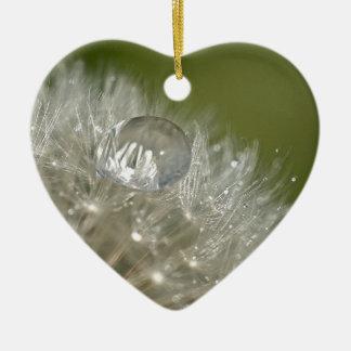 Gotita de agua en un diente de león adorno de cerámica en forma de corazón