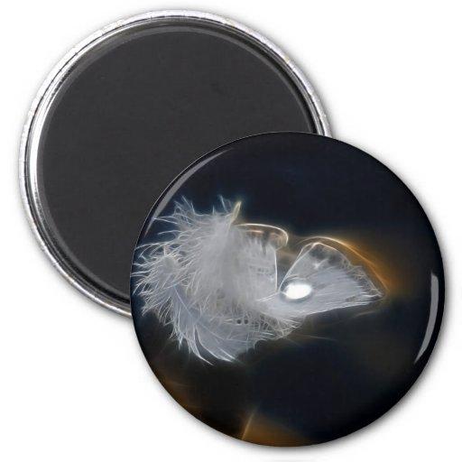 Gotita del agua en una pluma blanca imán para frigorifico