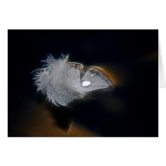 Gotita del agua en una pluma blanca tarjeta de felicitación