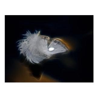 Gotita del agua en una pluma blanca tarjetas postales