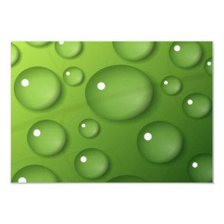 """Gotitas de agua en fondo cuadrado verde invitación 3.5"""" x 5"""""""