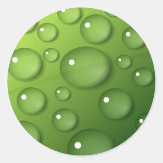 Gotitas de agua en fondo cuadrado verde pegatina redonda