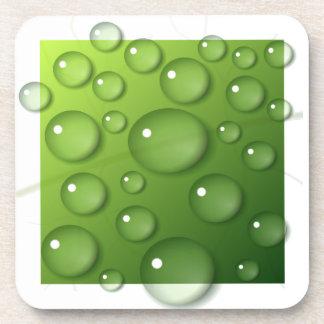 Gotitas de agua en fondo cuadrado verde posavasos de bebida