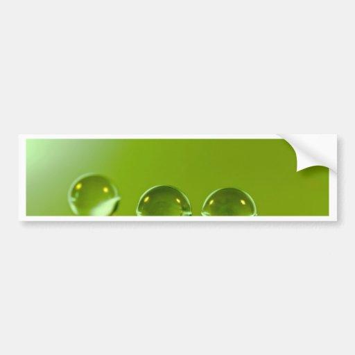 Gotitas de agua en fondo fresco de la hoja verde pegatina de parachoque