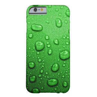 Gotitas de agua en fondo verde, fresco y mojado funda de iPhone 6 barely there