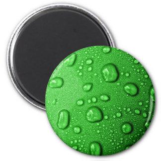Gotitas de agua en fondo verde, fresco y mojado imán redondo 5 cm