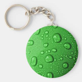 Gotitas de agua en fondo verde, fresco y mojado llavero redondo tipo pin