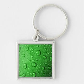 Gotitas de agua en fondo verde, fresco y mojado llavero cuadrado plateado
