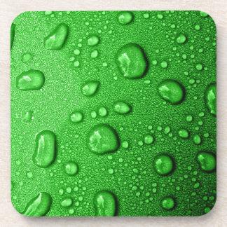 Gotitas de agua en fondo verde, fresco y mojado posavaso