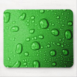Gotitas de agua en fondo verde, fresco y mojado tapetes de ratón