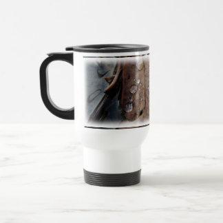 Gotitas de agua en la hoja caida taza de café