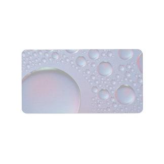 Gotitas de agua sobre el vidrio etiquetas de dirección