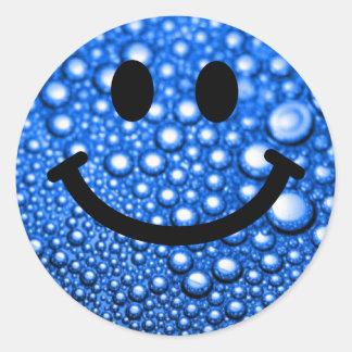 Gotitas de agua sonrientes pegatina redonda