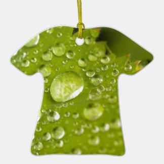 Gotitas de la lluvia en una hoja verde adorno de cerámica en forma de camiseta