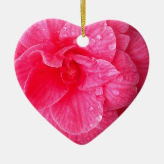 Gotitas sobre los pétalos adorno de cerámica en forma de corazón