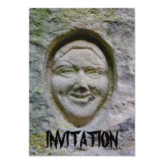 Grabado sonriente de la cara en la invitación de