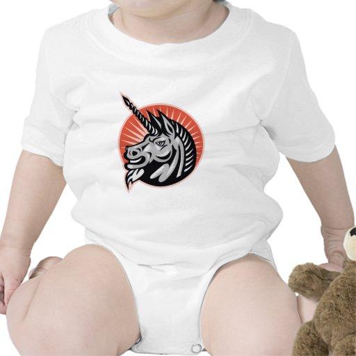 Grabar en madera retro de la cabeza enojada del trajes de bebé