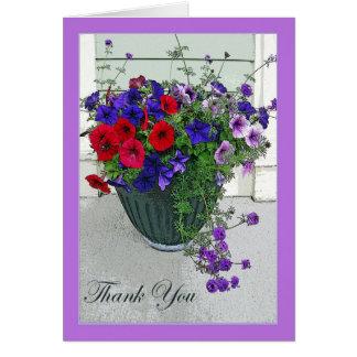 Gracias cardar con el centro de flores, petunias tarjeta de felicitación