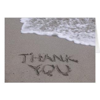 Gracias escrito en tarjeta de nota de la arena