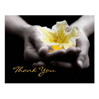 Gracias flor amarilla delicada en manos postales
