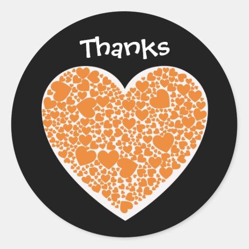 Gracias, naranja y corazones del blanco en negro pegatina redonda