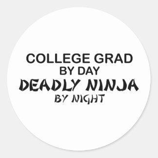 Grado Ninja mortal de la universidad por noche Pegatina Redonda