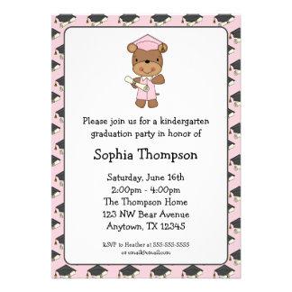 Graduación rosada del chica del oso del diploma