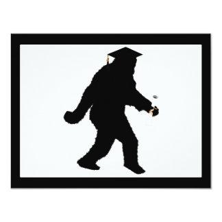 Graduación Sasquatch con el casquillo del graduado Invitación 10,8 X 13,9 Cm