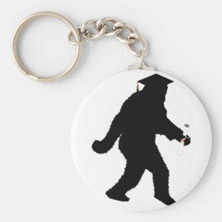 Graduación Sasquatch con el casquillo del graduado Llavero Redondo Tipo Pin