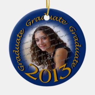 Graduado 2013 azul y marco de la foto del oro adorno navideño redondo de cerámica