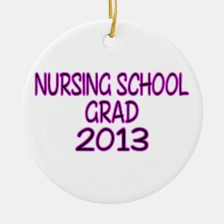 Graduado 2013 de la escuela de enfermería adorno navideño redondo de cerámica