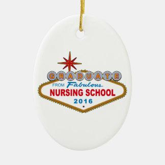 Graduado de la escuela de enfermería fabulosa 2016 adorno navideño ovalado de cerámica