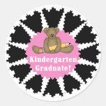 Graduado de la guardería del oso - rosa etiquetas redondas