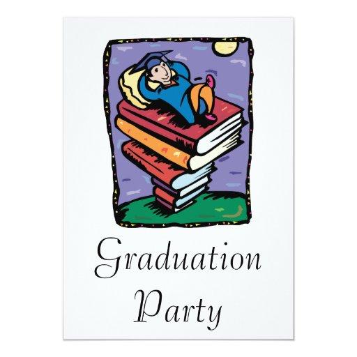 """Graduado en la pila de libros invitación 5"""" x 7"""""""