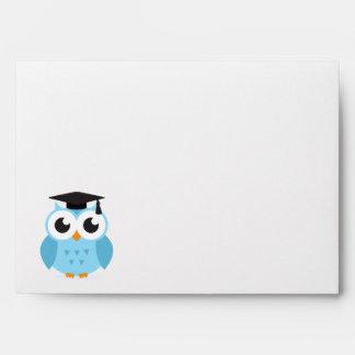 Graduado lindo del búho del dibujo animado con el  sobres