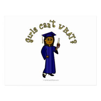 Graduado oscuro de la mujer en vestido azul tarjeta postal