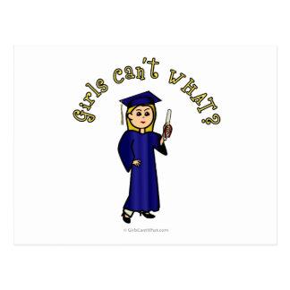 Graduado rubio de la mujer en vestido azul tarjeta postal