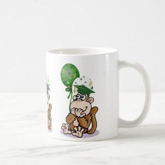 Graduado sorprendido del mono taza de café