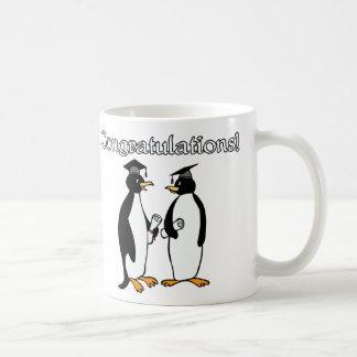 Graduados del pingüino taza clásica