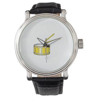 gráfico amarillo de la trampa con los palillos relojes