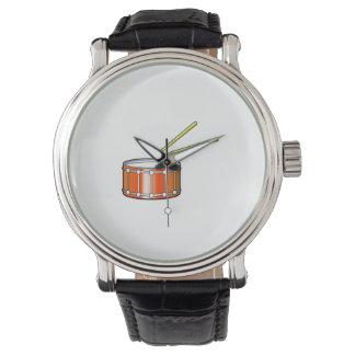 gráfico anaranjado de la trampa con los palillos reloj de mano