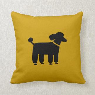 Gráfico negro del perro de caniche en el amarillo  cojin
