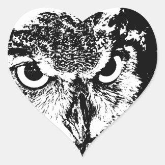 Gráfico negro y blanco del gran búho de cuernos pegatina en forma de corazón