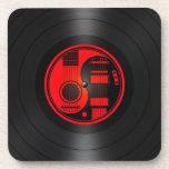Gráfico rojo y negro del vinilo de las guitarras d posavasos de bebida
