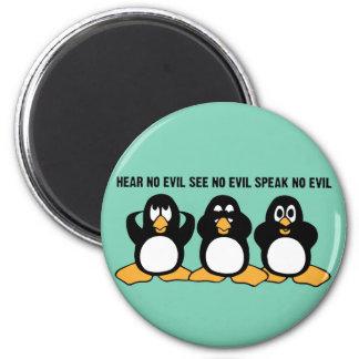 Gráfico sabio del diseño de tres pingüinos imán redondo 5 cm