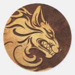 Gráfico tribal de piedra áspero agresivo del lobo pegatina redonda